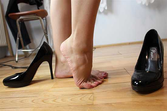 d0449072f Однако стоит помнить, что такая обувь по определению жесткая, плотная,  рассчитанная на уличные условия и намокание под дождем, поэтому чтобы ее  растянуть, ...